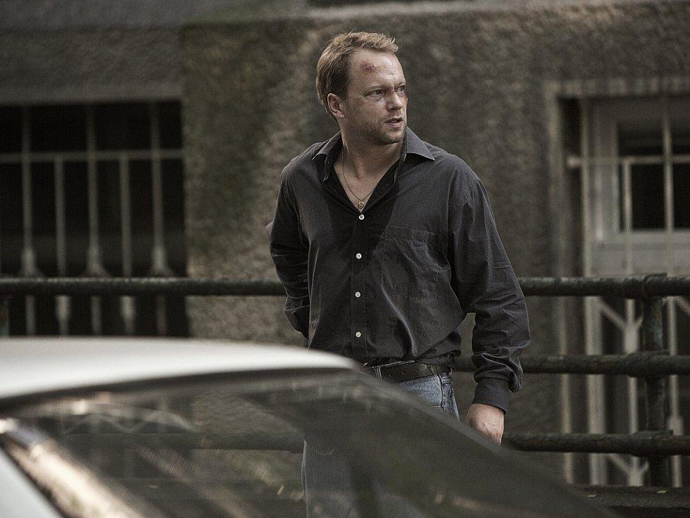 Polský herec Maciej Stuhr ve filmu Rudý kapitán.