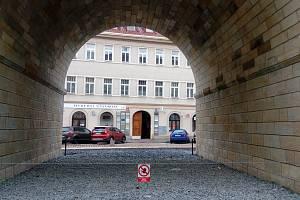 Bez oplocení. Oblouky Negrelliho viaduktu po rekonstrukci v ulici Prvního pluku v plné kráse.