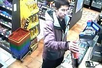Policie hledá muže, který platil ztracenou kartou