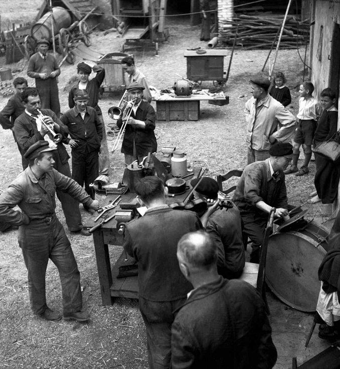 PŘÁTELSKÁ POMOC. V sobotu 19. dubna 1947 se vypravila dvacetičlenná brigáda z továrny na ozubená kola v Košířích, Waltrovky, do obce Zahořany v berounském okrese, aby opravila tamějším hospodářům stroje. K práci vyhrávala kapela.