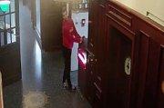 Mladík ukradl nože z restaurační kuchyně.