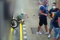 Policie hledá rusky hovořící cizince, kteří v metru obtěžovali ženu. Pak na Florenci zbili muže, který se jí zastal.
