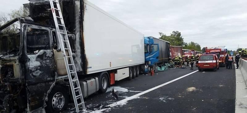 Tragická nehoda na D11 před Prahou. Srážku tří nákladních a dvou osobních aut nepřežil jeden z řidičů.