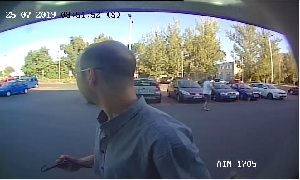Policie hledá muže, který vybíral z bankomatu odcizenou kartou.