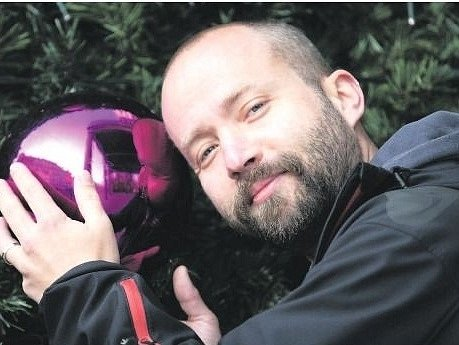 ŠIMON ORNEST v roce 1998 v Jedličkově ústavu založil skupinu The Tap Tap. Z malého souboru muzikantů se postupem let stala kapela, která vyprodává velké sály.