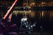 Osobní vůz sjel 29. září večer na pražské náplavce na Smíchově do Vltavy. Jeden člověk skončil v nemocnici. Auto z vody vytáhli hasiči.