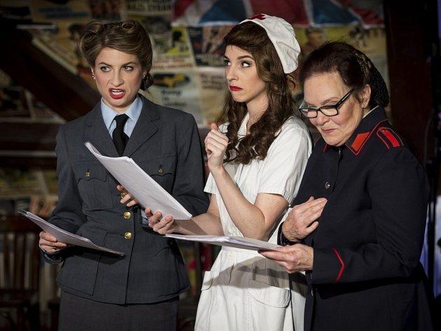 Ve hře Mnoho povyku pro nic, kterou nastudoval divadelní spolek Prague Shakespeare Company, hrají i (zleva) britská velvyslankyně Jan Thompson a americká herečka Jessica Boone.