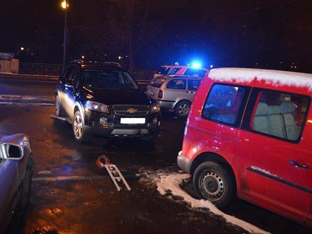 Noční nehoda na Masarykově nábřeží v Praze, kde mladý řidič srazil tři chodkyně.