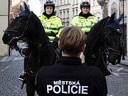 Strážnice městské policie na koních při 26. výročí listopadových událostí v Praze.