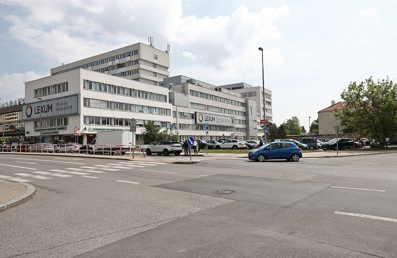 Parkoviště aut u polikliniky Budějovická - ilustrace k plánované výstavbě parkovacího domu.