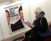 Reklamní panely na komunální volby v metru.