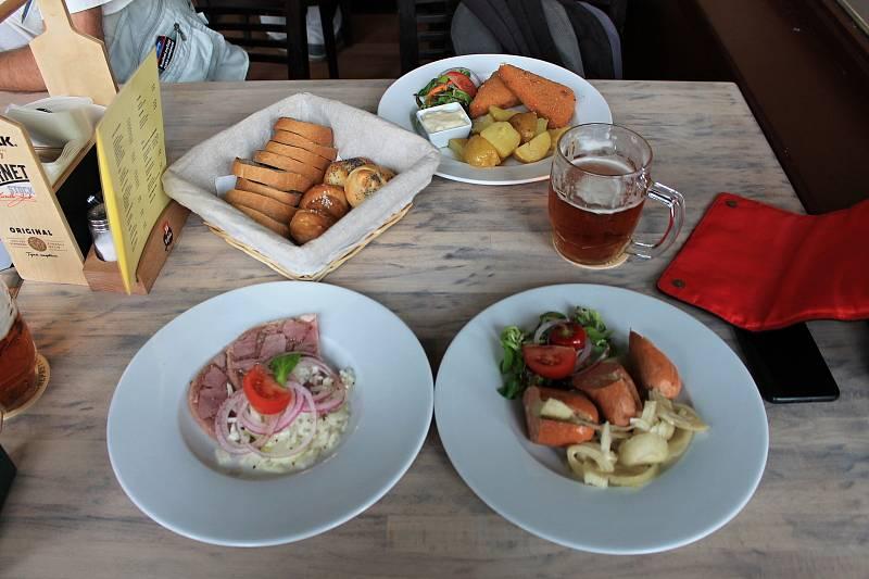 Rostou také ceny jídel v restauracích. Podle srovnávače meníčka.cz tak lidé v poledním menu v restauracích za polévku a hlavní jídlo zaplatí obvykle v menších městech zhruba mezi 130 až 150 korunami.
