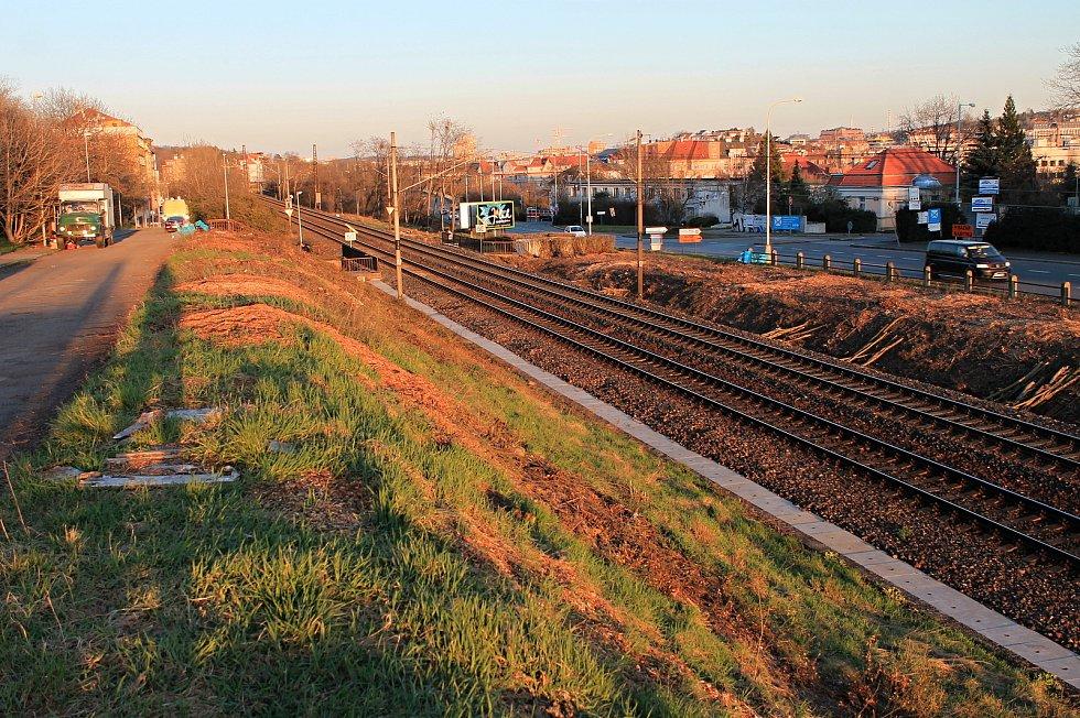 Vykácené holiny u trati v okolí Povltavské ulice v Libni.