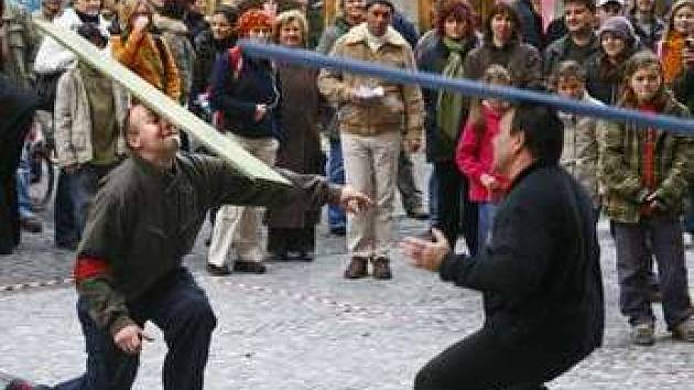 Takto si woodkopf zkusili lidé na Můstku, kde se tento netradiční sport setkal s nadšením přihlížejících.