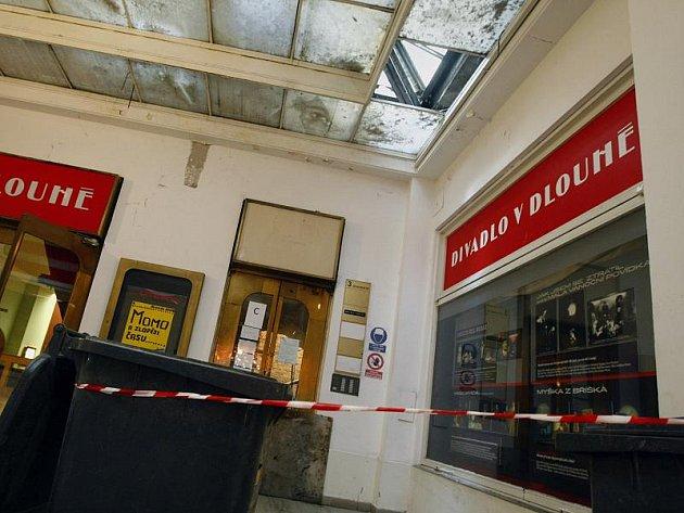 Uvolněný padající kus ledu propadl 7. prosince skleněnou výplní střechy pasáže u Divadla v Dlouhé v Praze. Střepy zranily tři desetileté děti. Váhu sněhu nevydržela jedna skleněná tabule, propadly se dvě vrstvy skla.