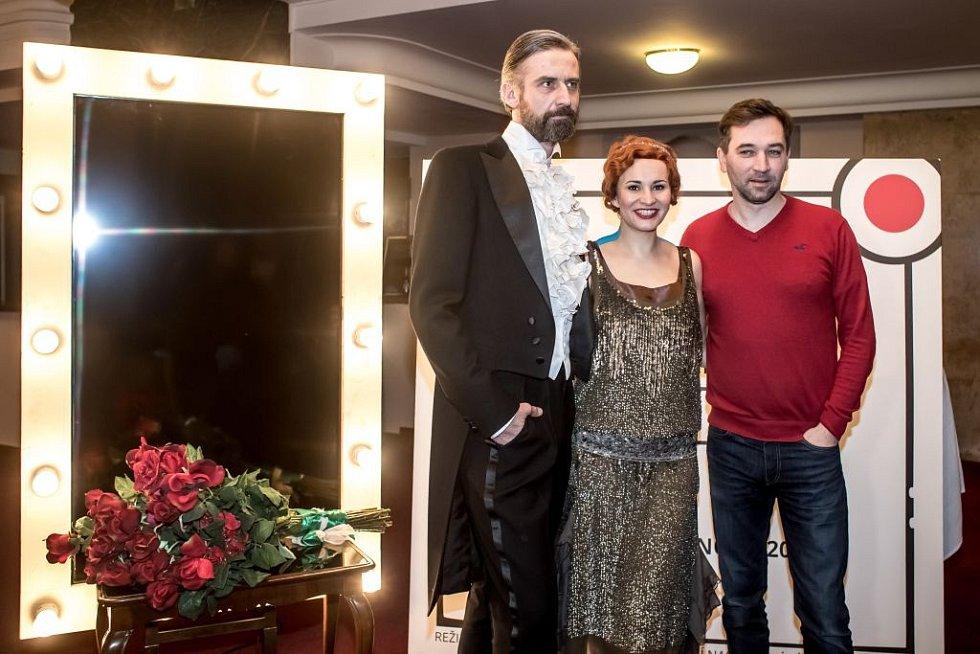 Ukázka kostýmů k chystanému představení Funny Girl v pražském Divadle Dva. Na snímku Monika Absolonová, Ondřej Sokol a Roman Zach.