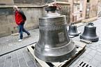 Dne 19. února 2008 byli nainstalovány tři nové zvony do věže Týnského chrámu. Na snímku zvony v Týnské uličce čekají na vyzvednutí.