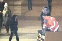 Zlodějka se snažila okrást pacientku v bezvědomí ve chvíli, kdy jí záchranáři poskytovali první pomoc