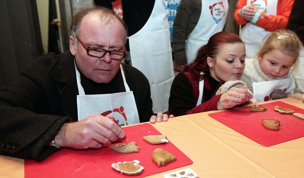 Zástupci uměleckých souborů Národního divadla se aktivně zapojili do přípravy, pečení a zdobení vánočního cukroví. Akce je věnována na pomoc dětem z dětských domovů. Na snímku herec Igor Bareš.