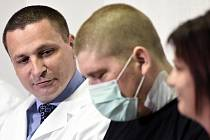 Pacient Lukáš Musil (uprostřed) vystoupil na tiskové konferenci Institutu klinické a experimentální medicíny (IKEM) v Praze k světově unikátní transplantaci jater po otravě paracetamolem. Vlevo je  přednosta kliniky transplantační chirurgie Jiří Froněk.