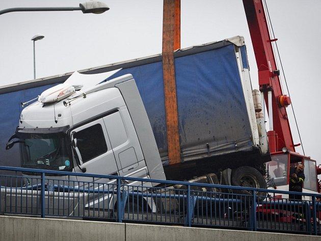 Převrácený kamion s maďarskou poznávací značkou v pondělí 24. března 2014 na téměř tři hodiny zablokoval pražskou Jižní spojku u Štěrbohol ve směru na Černý most. Z kamionu, který nevezl žádný náklad, masivně vytékala nafta.