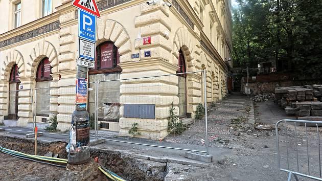 Rozkopaná Husitská ulice, kde vozíčkáři nemají šanci.