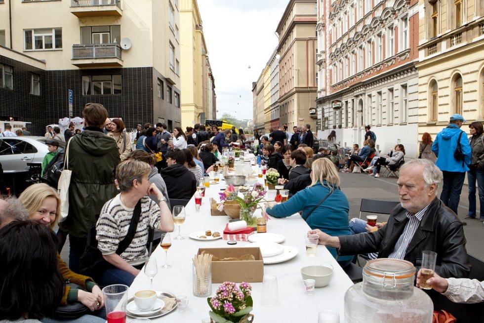 Ze sousedského setkání 'Františkovy lásky' před kinem Bio Oko v Praze.