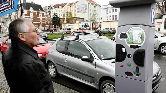 Řidiči budou od začátku května roku 2016 platit za parkování na většině míst v širším centru Prahy.