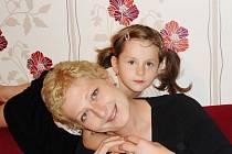 Díky občanskému sdružení Amelie se osmatřicetiletá Jana Müllerová od 1. září vrátí do práce. Na snímku se čtyřletou dcerou Rozálkou.