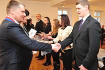 Noví čeští občané musí umět jazyk, být morálně bezúhonní, mít trvalé bydliště v tuzemsku a po celou dobu plnit povinnosti cizince.
