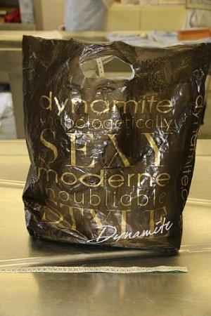 Kriminalisté zjistili, že novorozenec byl zabalený do igelitové tašky soznačením firmy Dynamite, která není na našem trhu kdostání. Proto by ji někdo mohl poznat a přispět tak kdalšímu posunu vpřípadu.
