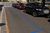 """Lidé si stěžují na sociálních sítích, že jim modré zóny v Praze 8 snížily možnost parkování. """"Za modrou všude stojí auta,"""" zní jeden z příspěvků. Objevují se také stížnosti na nekoncepčnost rozmístění zón."""