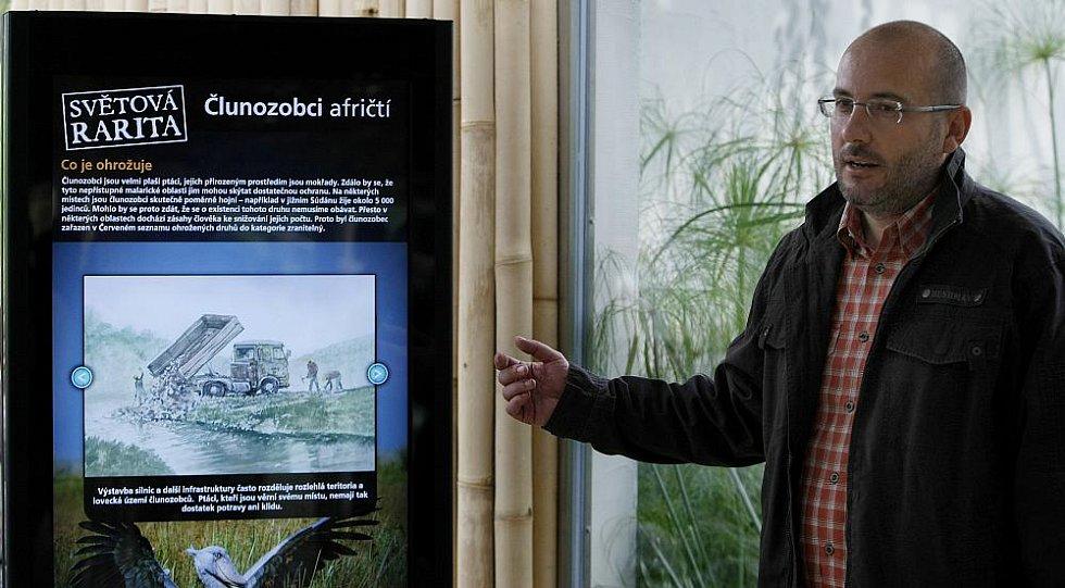 Nová expozice Ptačí mokřady, jejichž hlavní raritou jsou dva páry člunozobců afrických, kterých žije po zoologických zahradách po celém světě pouze kolem čtyřiceti jedinců. Na snímku ředitel Zoo Miroslav Bobek u nového informačního panelu.