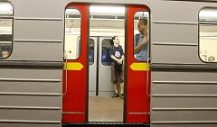 Vyjela původní sovětská souprava 81–71 z tehdejší stanice Leninova (Dejvická) do zastávky Náměstí Míru.
