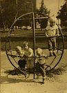 """DĚTSKÉ HŘIŠTĚ. Železné sídlištní prolejzačky mají dodnes místo v srdci všech dětí. Ten kdo vylezl na vrchol """"glóbusu"""" byl největší hrdina. Dobýt prolejzačku v Malinové ulici se v roce 1989 pokoušela i Zdenka Hozáková s kamarády Adélkou, Terezkou a Péťou."""