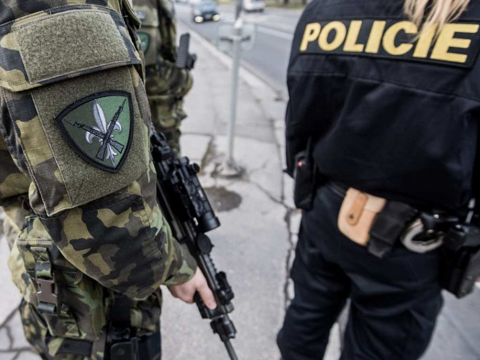 Hlídka policie a armády