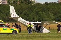 Nehoda malého letadla při přistání v Letňanech.
