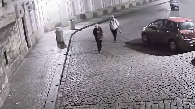 Hledaní spolupachatelé vykradení auta.