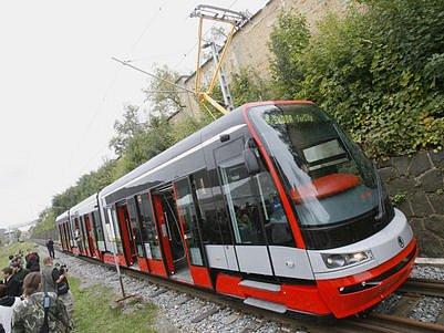NOVÁ TRAMVAJ PRO PRAHU. Ve středu 17. září vjela poprvé na koleje Škoda T15 - ForCity.