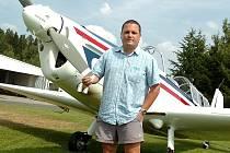 MARTIN CIVIŠ u svého oblíbeného stroje v mateřském aeroklubu ve Zbraslavicích. Na sportovní létání s malými letadly mu při jeho časově náročném povolání zbývá stále méně času.