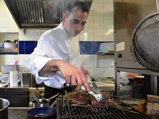 Špičkový italský kuchař Alessandro Bellingeri vařil o víkendu hostům restaurace U Sapíků v Klokočné v okrese Praha-východ.