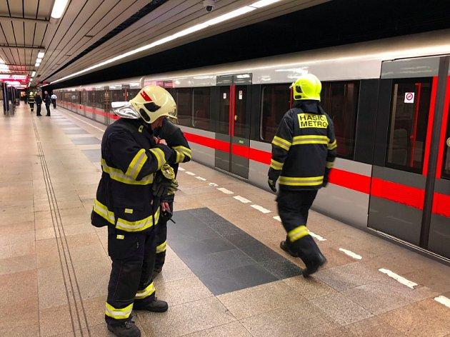 Hasiči prověřují ve stanici Budějovická pohyb osoby v kolejišti. Metro kvůli tomu na lince C nejezdilo v úseku Kačerov - Pražského povstání.