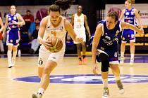 HVĚZDA UTKÁNÍ. Tereza Vyoralová (u míče) nastřílela Strakonicím 13 bodů.