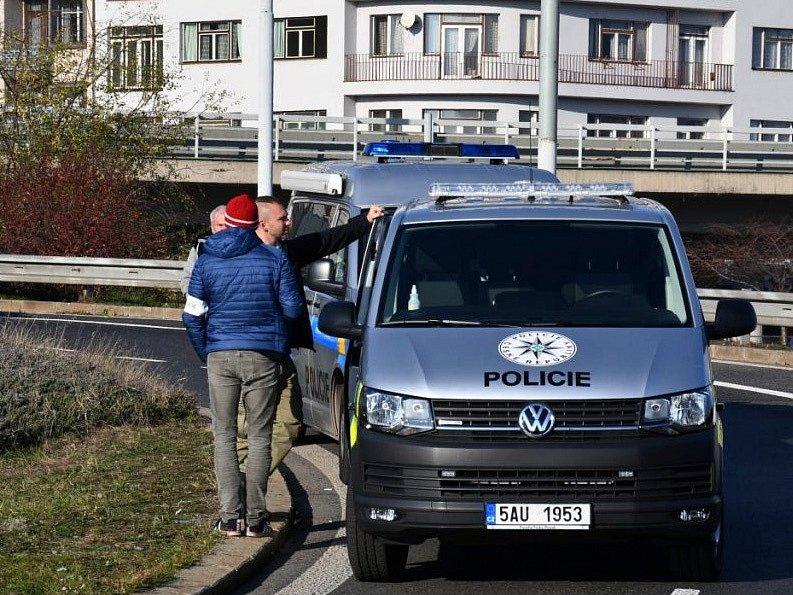 Pražští kriminalisté prověřují okolnosti úmrtí neznámého muže v blízkosti stanice MHD Vltavská.