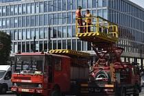 V Praze na Karlově náměstí nákladní vůz strhl trolej a nejezdí kvůli tomu tramvaje. Pracovníci dopravního podniku se snaží strženou trolej opravit.