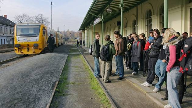 Osobní vlak mezi Prahou a Kladnem ve stanici Praha - Dejvice.
