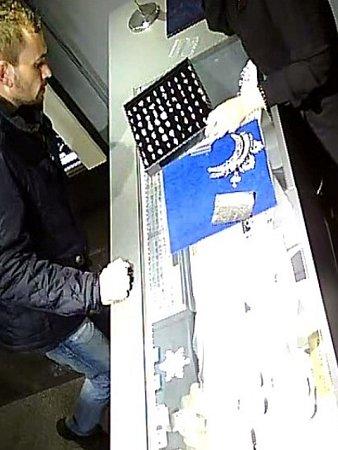 Muž podezřelý zkrádeže prstenů ve zlatnictví ve Francouzské ulici vPraze 2.