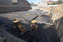 Jen jáma zatím zůstává v místě, kde má vzniknout problematické obchodní centrum Palác Stromovka. Developer se s radnicí Prahy 7 pře o podobu projektu.
