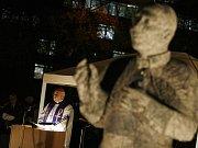 Pražský arcibiskup kardinál Miloslav Vlk odhalil a požehnal pomník Josefa Berana před Arcibiskupským seminářem v pražských Dejvicích.
