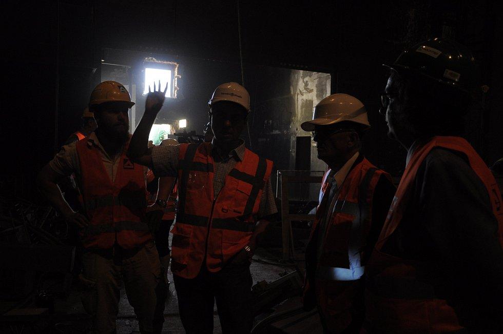 Při návštěvě ředitele ND prochází tým stavební firmy celou budovu.